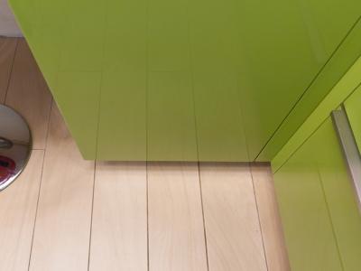 эффект глянца подчеркивает симметрию пола кухни