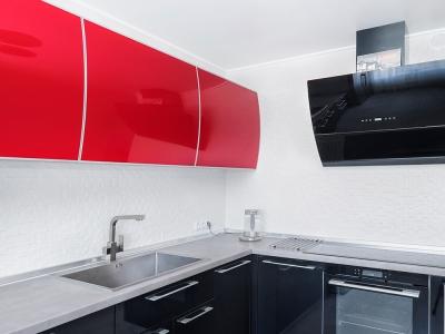 угловое решение кухни с верхними ящиками с одной стороны- практичное и
