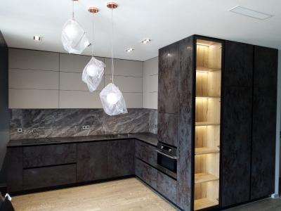 Современная угловая кухня, с керамическими фасадами