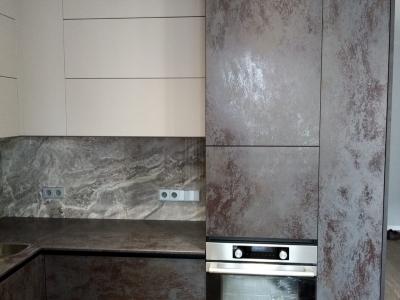 Пенальная конструкция кухни вмещает достаточное количество припасов