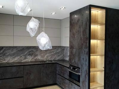 Керамическая столешница с подкладной мойкой придает кухне необходимую роскошь