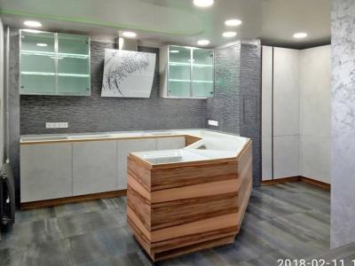 По проекту полуостров имеет сложную изогнутую форму, чтобы увеличить рабочую поверхность столешницы и разграничить общее с гостиной пространство