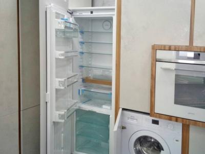 Кроме посудомойки, духового шкафа, свч и холодильника в кухне нашлось место и для встраиваемой стиральной машины