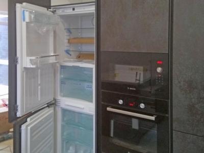 Справа и слева от пенала с духовым шкафом и свч встроены два холодильника