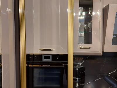 В данной модели кухни хорошо сочетается и серебреная отделка декоров кухни