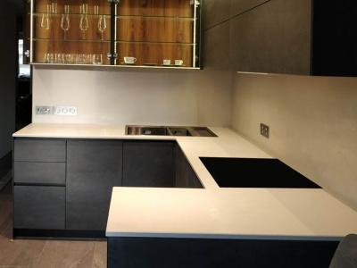 Столешница из керамики вместе с керамической скинали придают кухне ультрасовременный, высокопрактичный  вид
