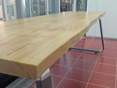 Столешница стола из  натурального дуба имеет естественный природный свес, придающий столу богатую роскошь
