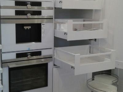 За распашным фасадом пенала прячутся внутренние выдвижные ящики Tandembox antaro с прямоугольными релингами и прямыми боковыми стенками, что делает внутреннее пространство кухни ещё более функциональным