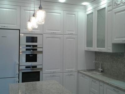 В левой части кухни располагаются вместительные глубокие пеналы, встроенная техника и отдельно стоящий холодильник