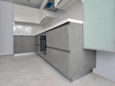 В верхние ящики кухни встроена система освещения