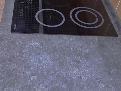 Каменная столешница кухни с матовой фактурой идеально сочетается с керамическими фасадами кухни.