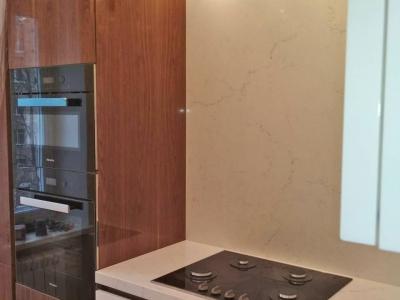 Немецкая встроенная техника графитового цвета хорошо сочетается на контрасте с мебелью кухни