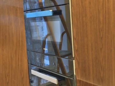 Глянцевый шпон фасадов кухни придают необходимую роскошь