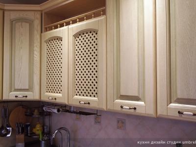 зеленая патина с имитацией старения на фасадах кухни