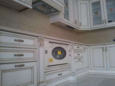 позолота фасадов придает особо праздничный вид  всей кухне