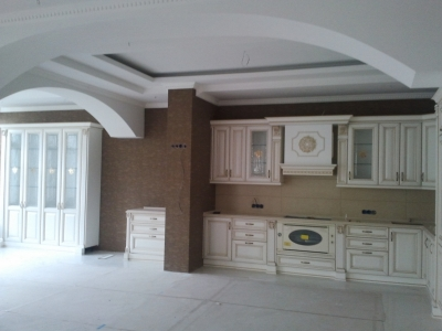 зона балкона объединена с помещением кухни-это позволяет разместить в ряд просторный буфет и сервант.