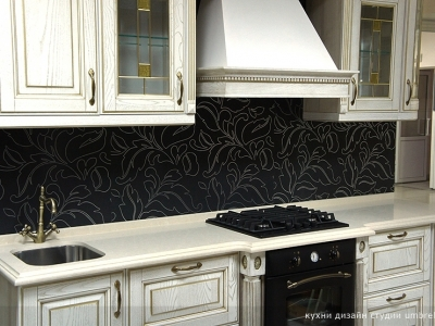 витрины покраям вытяжки- часто практикуемый элемент дизайна в классических кухнях