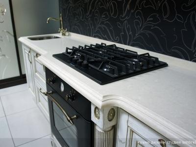 выступ на столешнице кухни для удобства пользования