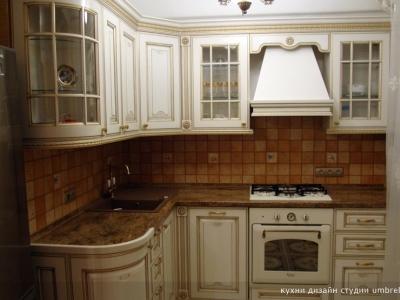 классический угловой вариант кухни с закруглением относительно входа