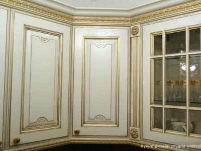 угловой вместительный шкаф -часто решение в классических моделях