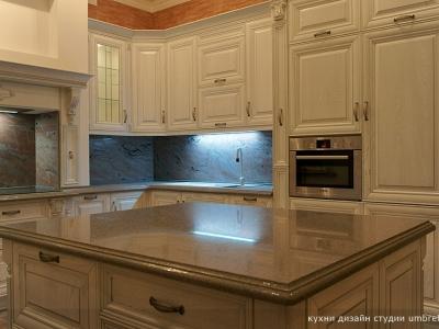 роскошный остров на кухне со столешницей из квацевого камня