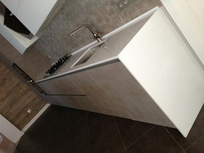 На фасадах кухни использовался декор теплого бетона, который идеально сочетался со стеновой плиткой в общем интерьере помещения