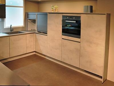 Невысокие мебельные пеналы  стильно встраивают бытовую технику кухни
