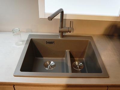 Гранитовая мойка поддерживает присутствие керамических фасадов на кухне