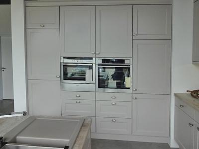 Высокие пенальной конструкции ящики позволяют использовать данную модель кухни в помещении с высокими потолками.