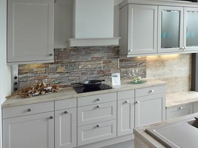 Данное дизайнерское исполнение мебели показывает, как за средний бюджет клиента, можно лаконично и стильно организовать кухонную мебель в загородном доме