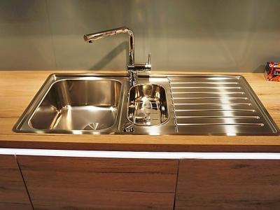Металлизированная мойка, профильная ручка, хорошо сочетаются с древесной фактурой фасадов на кухне