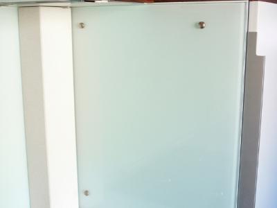 панель из стекла защищает стенку холодильника