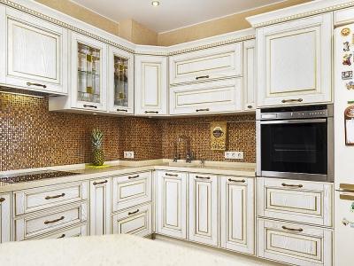 За фасадами кухни снизу скрывается стиральная машина и посудомойка.