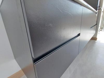 Керамические фасады кухни, с эффектом декора штукатурки,  придают кухне необходимую роскошь