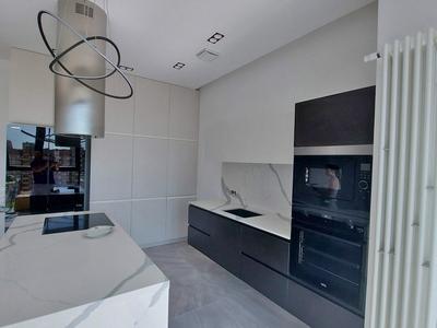 Потолочная система освещения гармонично сочетается с выбранными декорами кухни