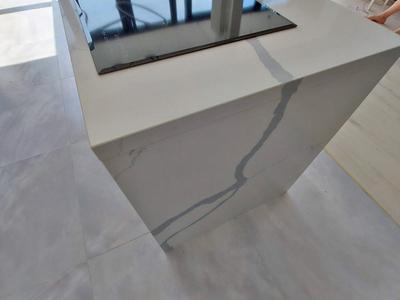 Столешница на кухни из кварцевого натурального камня изготовлена с дизайнерским подбором рисунка