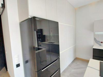 Отдельно стоящий полноценно вместительный  холодильник хорошо сочетается с кухонной мебелью