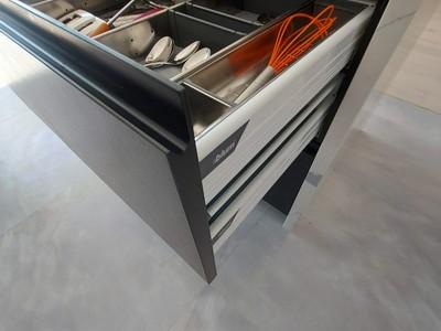 Керамические фасады кухни имеют специальную фрезеровку ручки