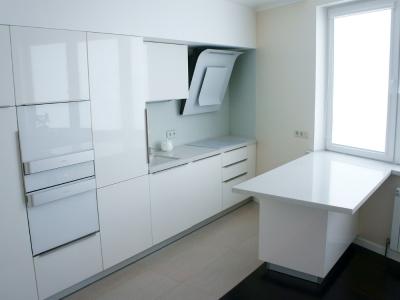 Специальный дизайн кухни решает проблему нестандартных 75-градусных углов помещения