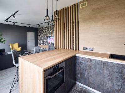 Полуостров глубиной 900 мм служит в качестве рабочей поверхности со стороны кухни и в качестве обеденной зоны со стороны гостиной, а также визуально делит пространство