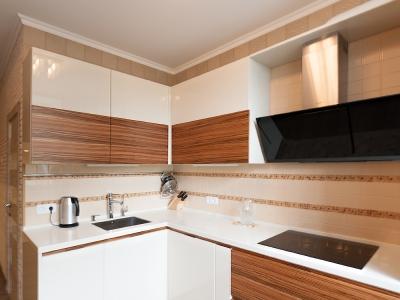кухня выполнена с нестандартной высокой базой