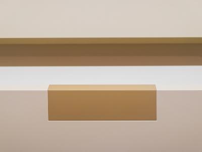 На фасадах ящиков- тот же самый декоративный элемент золотистого оттенка.
