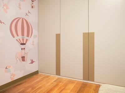 В детской комнате также расположены шкафы для хранения. Секция выполнена в одном цвете с входной дверью.