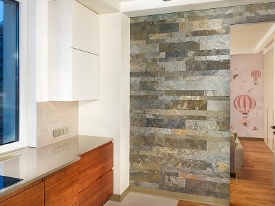 Дизайн кухни и спальни подчинен общему решению простых линий и неброских, натуральных оттенков.