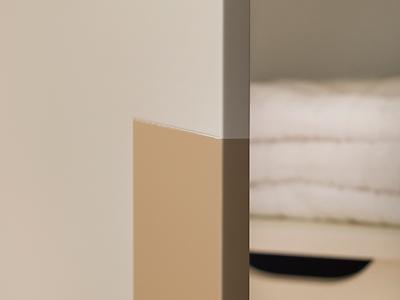 Декоративный элемент, выполненный в отличной от базовой окраске, присутствует на всех элементах мебельного гарнитура.