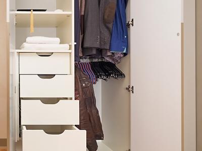 Внутри шкафа расположены удобные секционные выдвижные ящики с профильной ручкой.