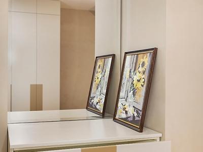 Зеркало, расположенное в глубине ниши, маскирует вынужденный архитектурный недостаток и зрительно расширяет пространство комнаты.