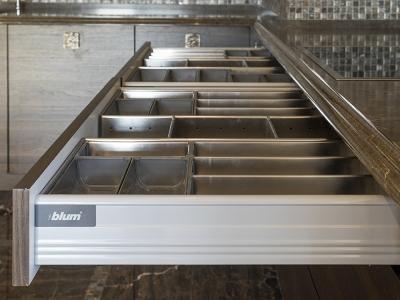 двойное пространство для хранения столовых приборов на кухне