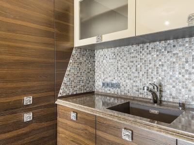 декоративное и защитное оформление плиткой угла кухни