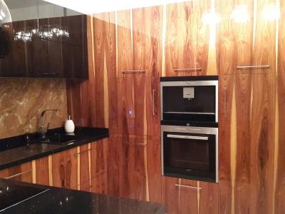 за стеной фасадов скрывается встраиваемый холодильник и волшебные уголки